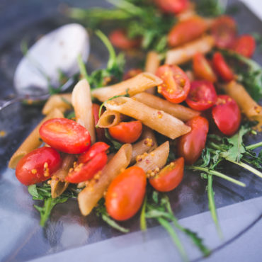 kaboompics.com_Pasta penne with tomato and rucola